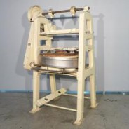 Nusshackmaschine BAUERMEISTER Type MHA mit Kunststoffhackplatte.
